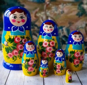 Ruska babuska ki ji Rusi recemo matrjoska spada med prepozanvna ruska darila. Jo boste kupili na potovanju v Rusijo ali v v Ruskem ekspresu.