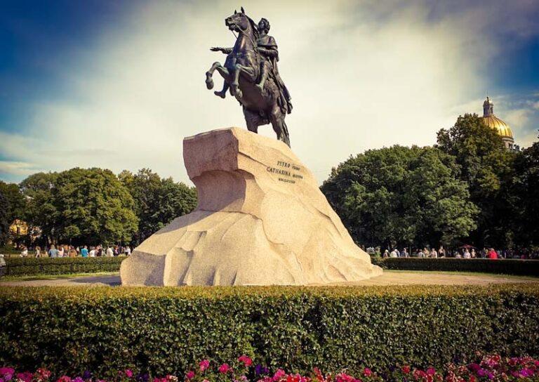 Puskin ruski pesnik in spomenik carju Petru Velikemu v Sankt Peterburgu.
