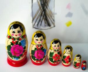 Ruska babuska lepo rusko darilo. Babuska ruski spominek in simbol ljubezni in srece.