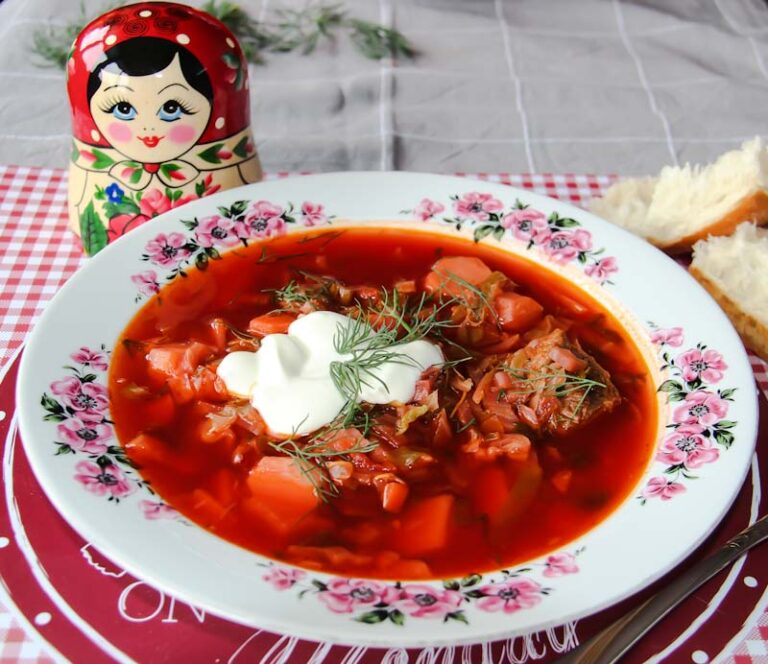 Ruska ukrajinska kuhinja in recept juhe borsc. Okusna ruska juha za celotno druzino. Gremo v Rusijo