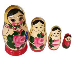 Babuska Ruska tradicija 4 puncke v eni matrjoski. Kupiti jo lahko v spletni trgovini Ruski ekspres.