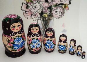 Ruska babuska matrjoska Cvetoca sliva v ruski trgovini Ruski ekspres. Z ljubeznijo iz Rusije. Velika izbira ruskih babusk matrjosk razlicnih barv rusije.