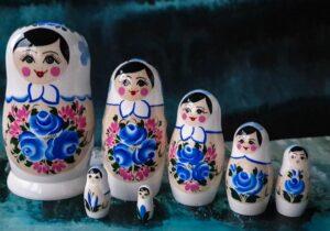Ruska babuska matrjoska Ruska pravljica je odlicno darilo iz Rusije. Ruski spominek in krasna igraca za otroke. Babusko lahko najdete v ruski trgovini Ruskega ekspresa.