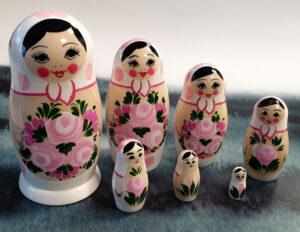 Ruska babuska matrjoska je odlicno darilo iz Rusije. Ruski spominki in igraca za otroke. Babusko lahko najdete v ruski trgovini Ruskega ekspresa.